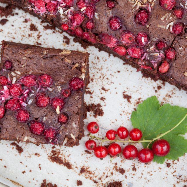 brownie z czerwoną porzeczką i kokosem