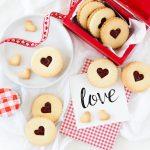 Walentynkowe ciasteczka migdałowe z konfiturą malinową
