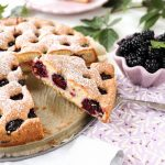 Biszkoptowe ciasto z owocami (jeżynami)