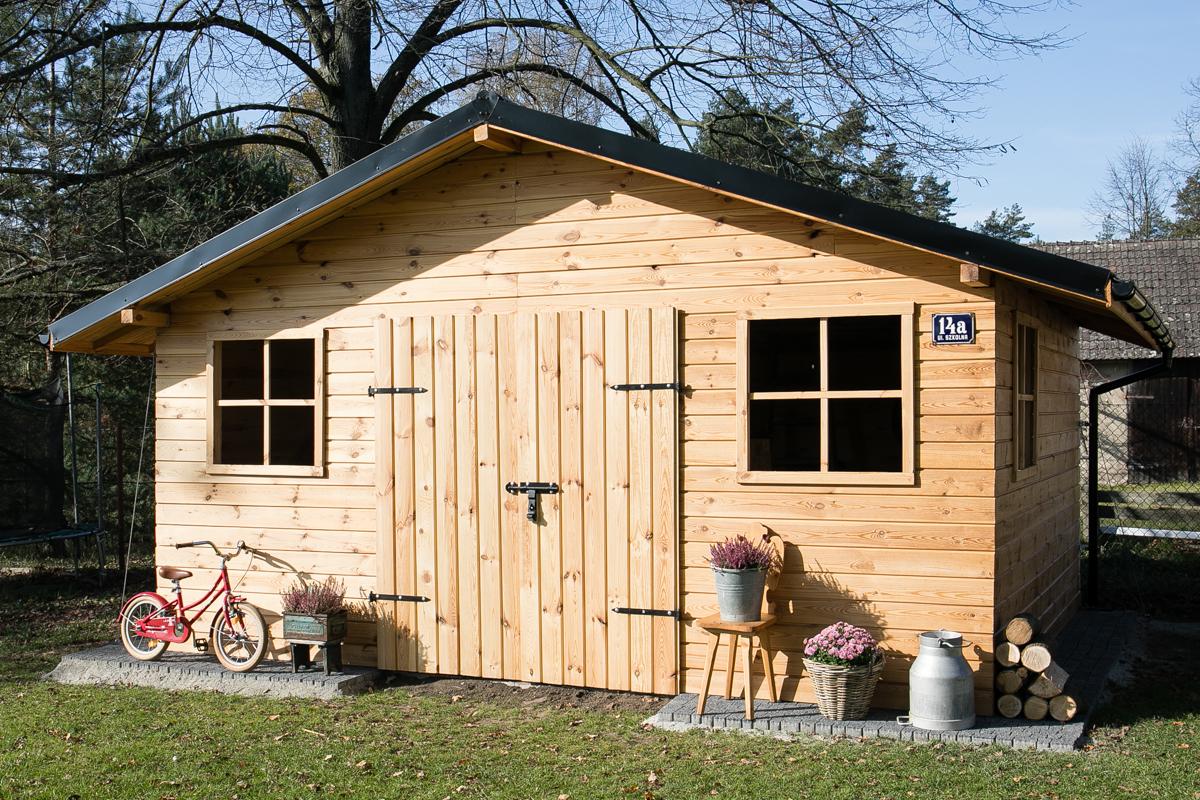 drewniany domek ogrodowy, sosnowy domek na ogródku