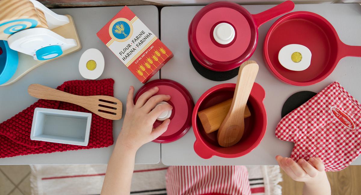 garniki melissa&doug, zestaw naczyń, drewniane zabawkowe naczynia, czerwone garnki dla dziecu
