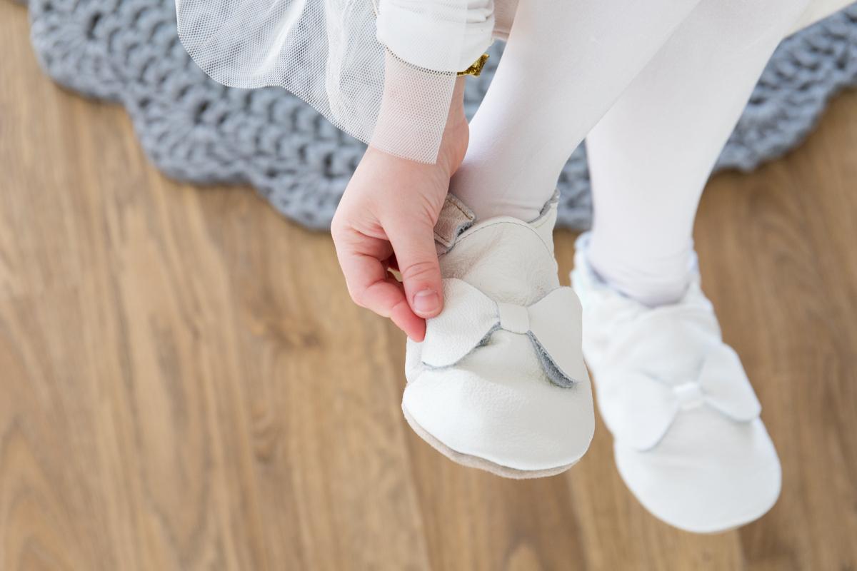 białe, skórzane papcie dla dzieci, eko tuptusie