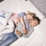 Słodkie i zdrowe sny, czyli jak wybrać najlepszy materac do spania dla dziecka.