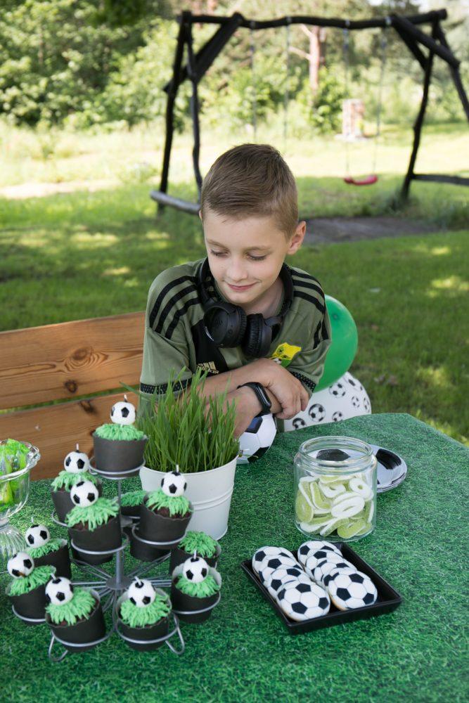piłkarskie urodziny, soccer party, inspiracje urodzinowe dla dzieci, pomysł na urodziny, urodziny z motywem piłki nożnej, babeczki z trawą, babeczki piłkarskie, soccer cupcake